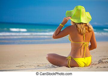mulher, em, amarela, chapéu