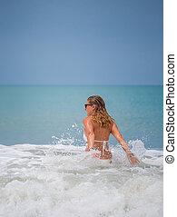 mulher, em, biquíni, praia