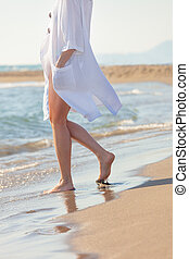 mulher, em, branca, algodão, vestido, andar, ligado, praia arenosa, ensolarado, dia verão, baixo órgão, lado