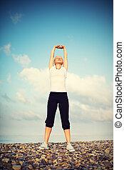 mulher, em, branca, fazendo, ioga, e, desporto, exercícios, ligado, praia