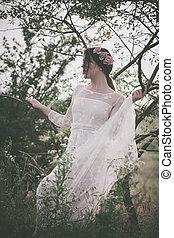 mulher, em, branca, lacy, vestido