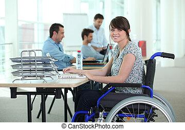 mulher, em, cadeira rodas, com, computador laptop