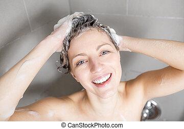 mulher, em, chuveiro, cabelo lavagem, com, shampoo