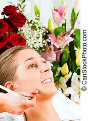 mulher, em, cosmético, salão, recebendo, facial
