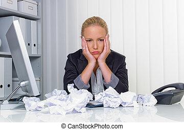 mulher, em, escritório, com, papel amarrotado