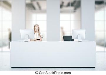 mulher, em, escrivaninha recepção