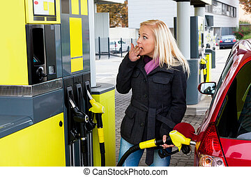 mulher, em, estação gás, para, refuel