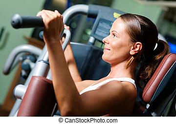 mulher, em, ginásio, ligado, máquina, exercitar