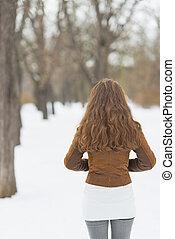 mulher, em, inverno, parque, ., vista traseira