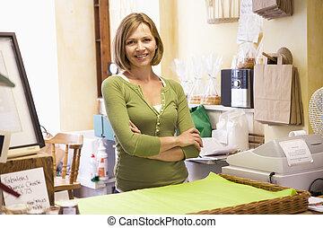 mulher, em, loja, sorrindo