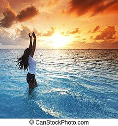 mulher, em, mar, ligado, pôr do sol