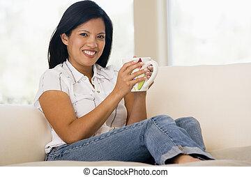 mulher, em, sala de estar, com, café, sorrindo