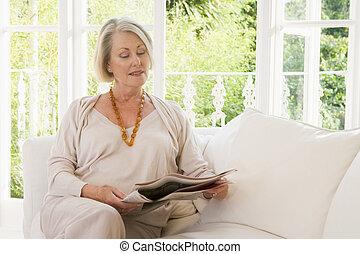 mulher, em, sala de estar, jornal leitura