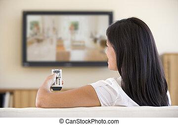 mulher, em, sala de estar, olhando televisão