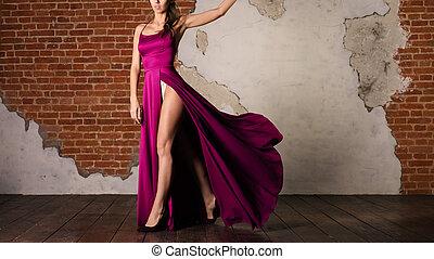 mulher, em, seda roxa, waving, vestido, menina, artista, dançar, em, fluir, pano, ligado, vento