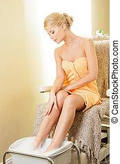 mulher, em, spa, salão, tendo, pedicure