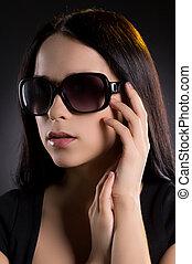 mulher, em, sunglasses., atraente, mulher jovem, em, óculos de sol, olhar, afastado