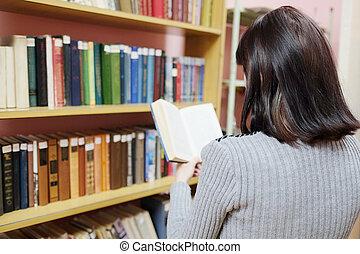 mulher, em, um, biblioteca