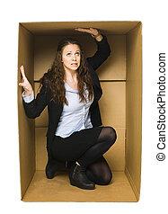 mulher, em, um, carboard, caixa