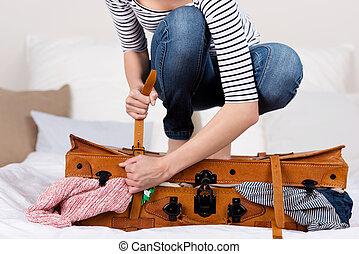 mulher, embalagem, mala, cama