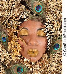 mulher, embrulhado, em, metálico, folhas, e, pavão, penas
