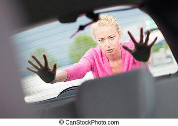 mulher, empurrar, um, carro.