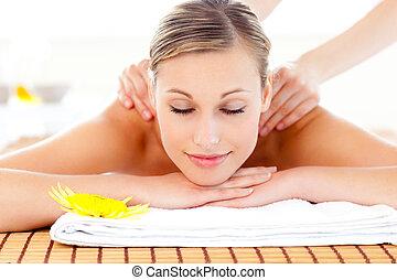 mulher, encantado, massagem, retrato, tabela, mentindo