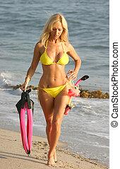 mulher, engrenagem praia, scuba