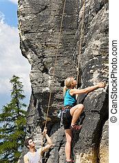 mulher, ensolarado, loura, escalar rocha, instrutor, macho