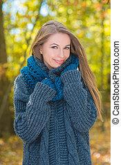 mulher, equipamento, outono, bonito, retrato, sorrindo