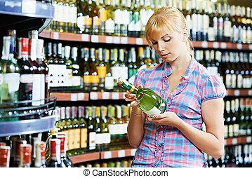 mulher, escolher, e, shopping, vinho, em, supermercado