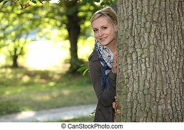 mulher, escondedouro, um, árvore