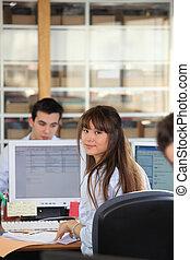 mulher, escritório aberto plano