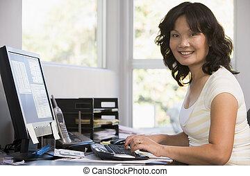 mulher, escritório, computador, lar, usando, sorrindo