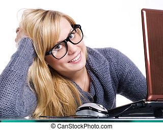 mulher, escritório, grande, computador, sorrindo, óculos