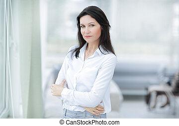 mulher, escritório., negócio, sério, ficar, janela