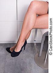 mulher, escritório, sentando, cruzado, presida pernas