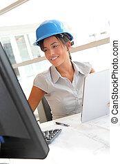 mulher, escritório, trabalhando, computador desktop, arquiteta, sorrindo