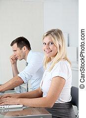 mulher, escritório, trabalhando, computador laptop, homem