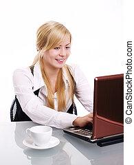 mulher, escritório, trabalhando, laptop, loura, sorrindo