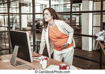 mulher escuro-haired, sentimento, extremo, dor, em, dela, grávida, estômago