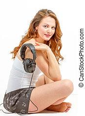 mulher, escuta, jovem, alegremente, áudio