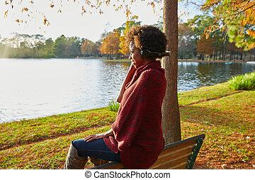 mulher, escutar, música, em, a, outono, parque