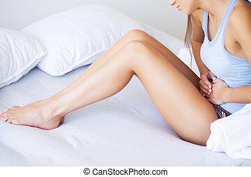 mulher, estômago, insalubre, pain., jovem, cama, inclinar-se, lar, stomachache