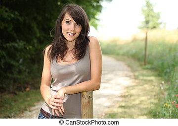 mulher, estava pé, ao ar livre, descansar, contra, arborizado, polaco
