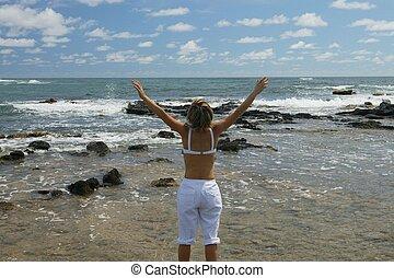 mulher, estava pé, por, a, mar, com, dela, braços levantaram