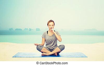 mulher, esteira yoga, pose lotus, fazer, meditação
