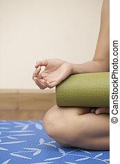 mulher, esteira yoga, segurando, jovem