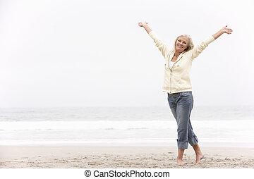 mulher, estendido, inverno, braços, sênior, praia