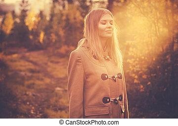 mulher, estilo vida, natureza, sol, viagem, jovem, outono, ao ar livre, floresta, fundo, luz, sorrir feliz, harmonia